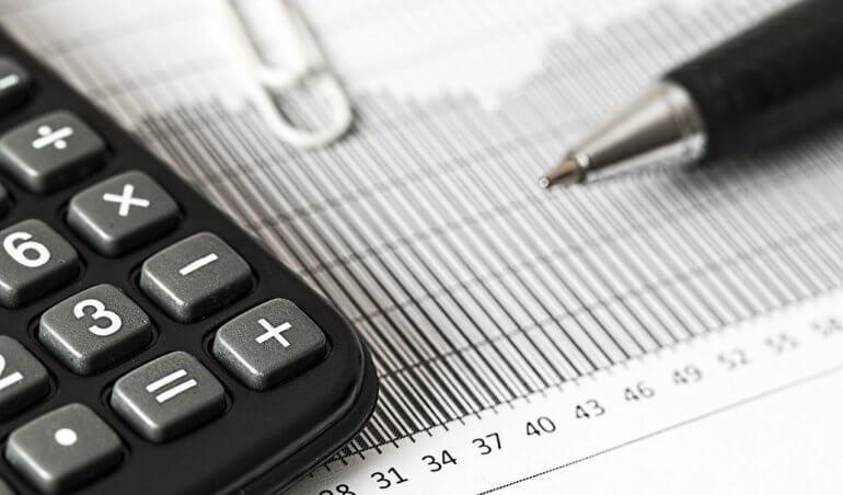 calculadora-papel-caneta-papel-do-conselho-fiscal-no-condominio