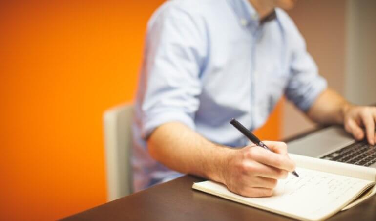homem-trabalhando-notebook-regimento-interno-de-condominio