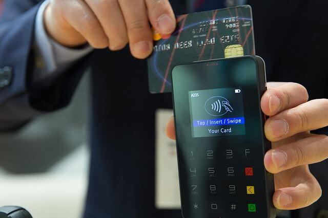 cartão de crédito sendo compensado para ilustrar como fazer uma conciliação bancária