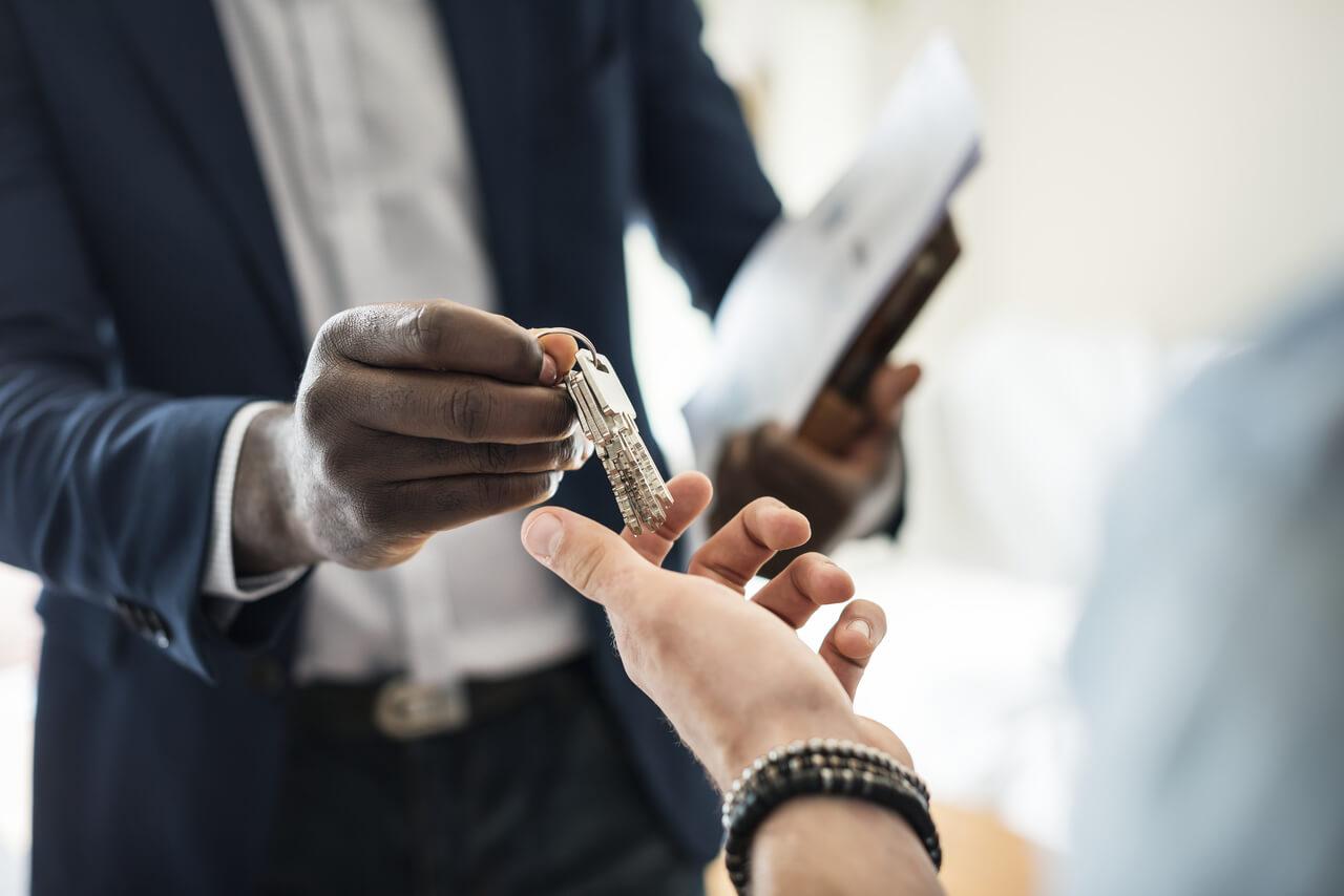 pessoa entregando chave para controle de acesso da portaria do condominio