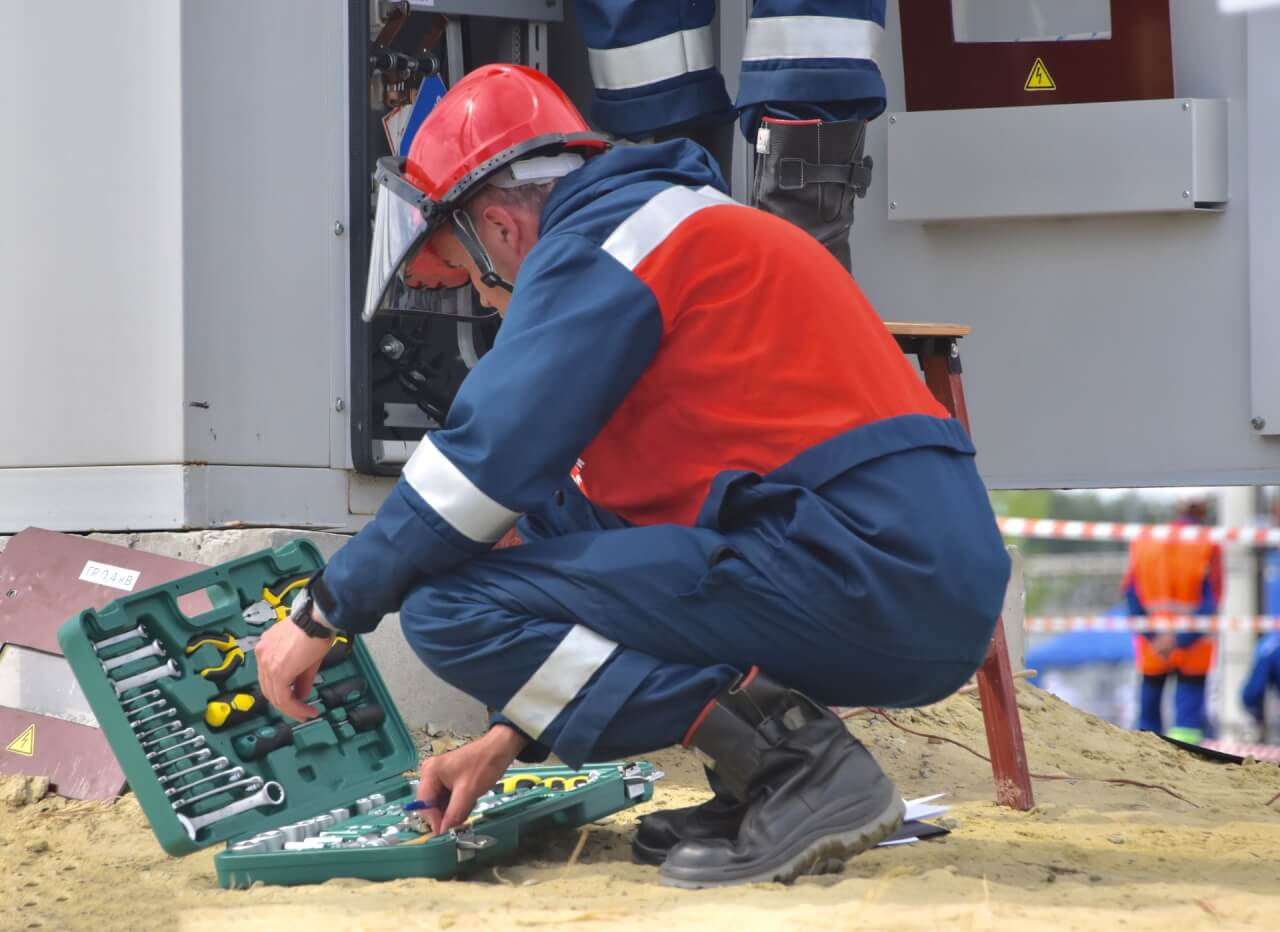 construtor trabalhando na manutenção predial de condomínios