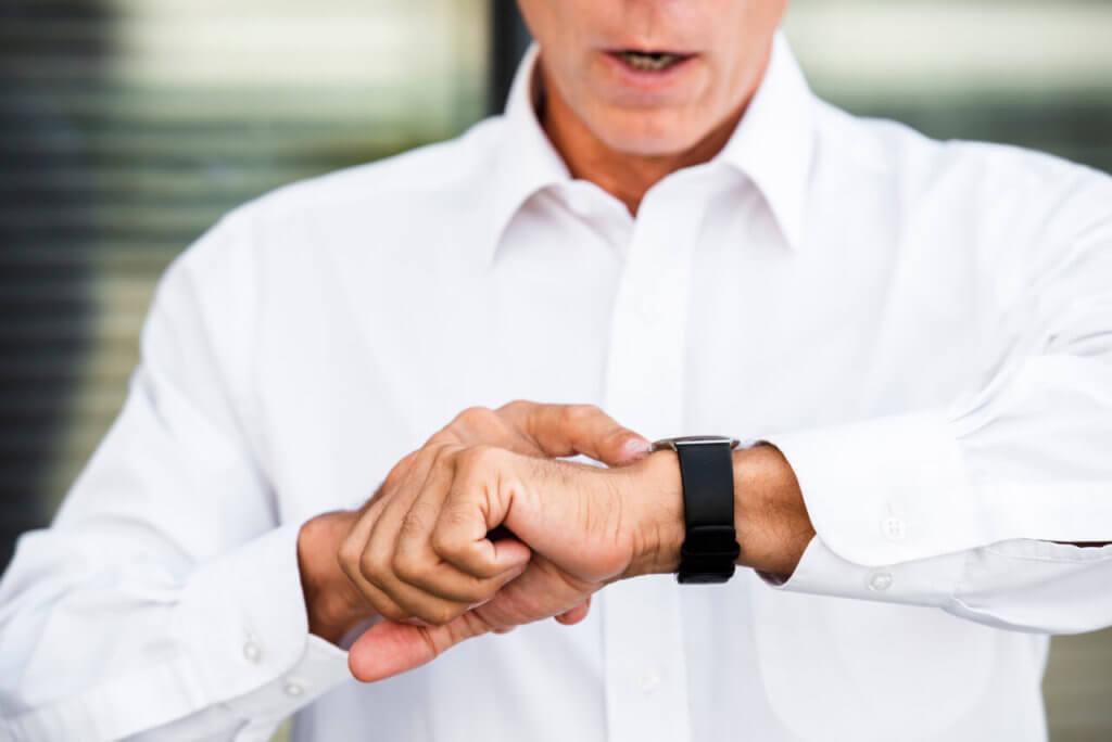 síndico profissional olhando as horas no relógio