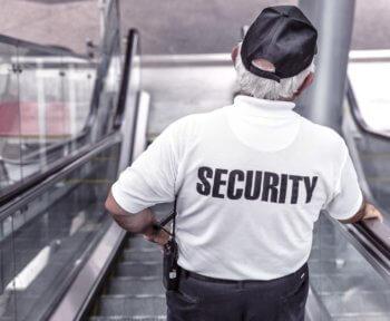 profissional da segurança exercendo a função de segurança condominial